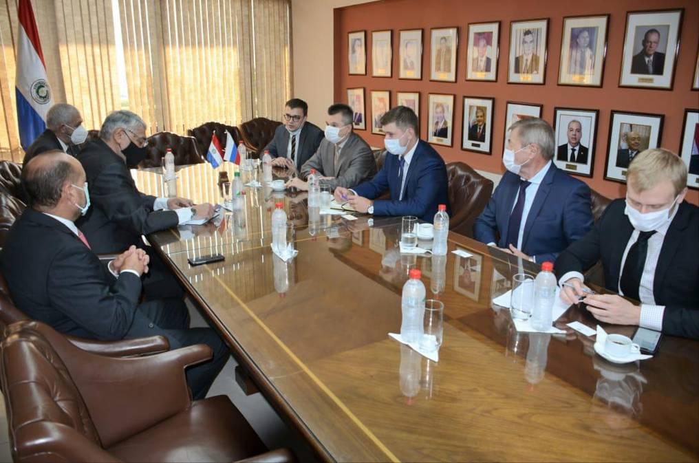 Fernando Lugo tomó el lugar de Óscar Salomón para dirigir las tratativas con los representantes del gobierno ruso. Foto: Gentileza.
