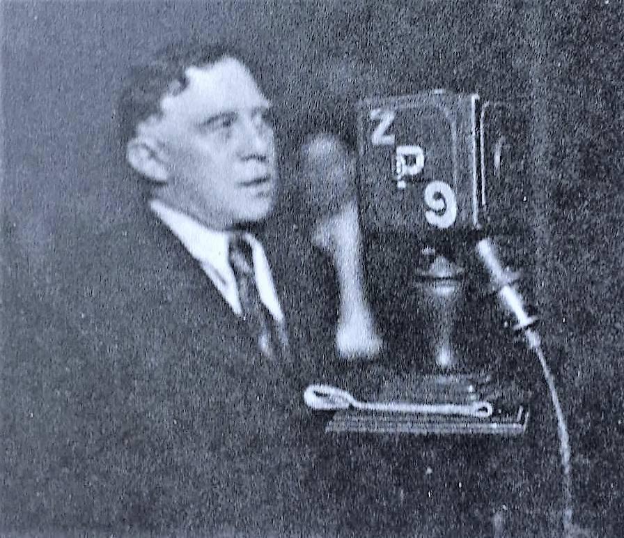 Foto del año 1933. Manuel María Oliver, periodista argentino, corresponsal de guerra del diario La Razón, que abiertamente se lanzó en favor de los intereses de nuestro país en la Guerra del Chaco. En la foto del archivo de Daniel Burt Artaza, el periodista argentino pronunciando una conferencia en los estudios de radio Prieto.