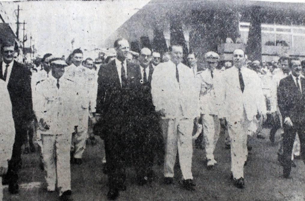 El ilustre visitante desarrolló varias actividades durante su visita de cuatro días en Paraguay. Siempre muy espontáneo, en varias ocasiones rompió el protocolo. En esta imagen, junto con el general Alfredo Stroessner y miembros de su gabinete. (foto: DIARIO PATRIA-BIBLIOTECA NACIONAL)
