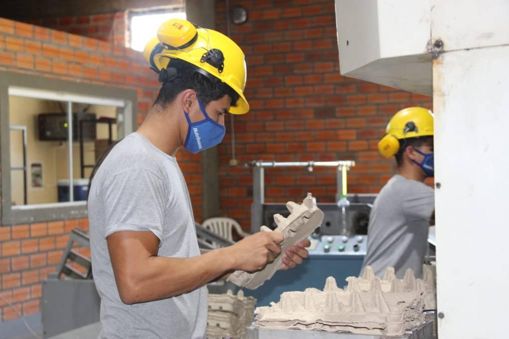 La planta de cartones produce hasta 5.000 bandejas por hora para abastecerse, y también comercializan un 30% del producto. Foto: Gentileza.