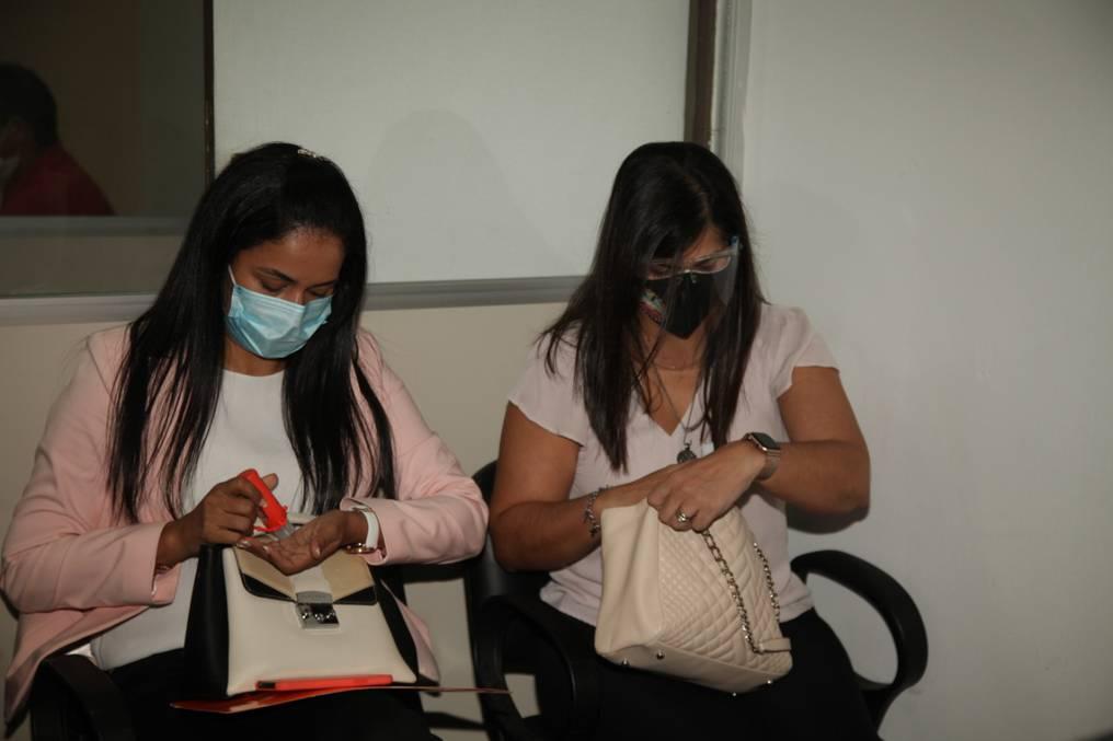 Nidia Godoy y Patricia Ferreira, durante la audiencia de imposición de medidas cautelares. Foto: Gentileza.