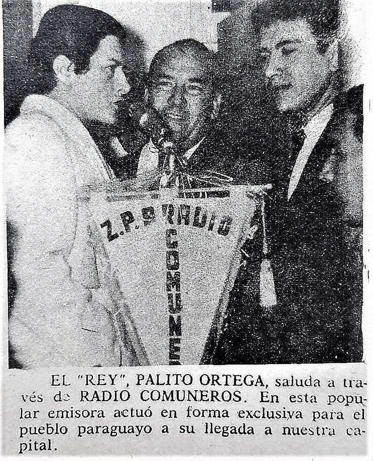 Años 60, Palito Ortega actuando ante el auditorio de Radio Comuneros. En la foto con Juan Bernabé, el director, en el centro y Narciso Ríos, a la derecha uno de los presentadores.
