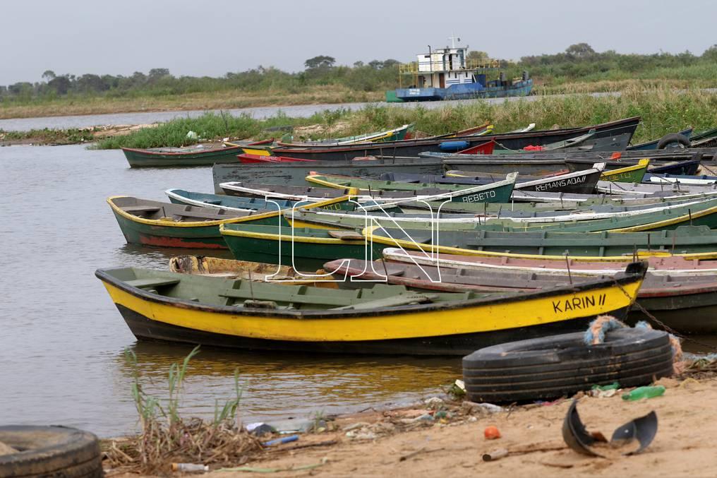 Barcazas de menor porte también se encuentran paradas en zona de Puerto Pabla. Foto: Pánfilo Leguizamón.