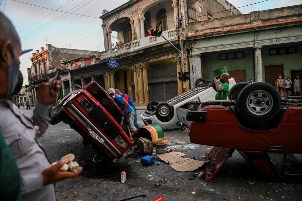 Varios vehículos resultaron dañados durante las protestas de la población cubana en varias localidades de la isla caribeña. Foto: AFP.