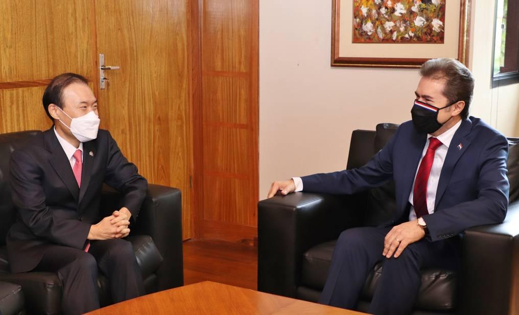 El embajador de la República de Corea en Paraguay, In Shik Woo, visitó a Luis Castignioli. Foto: Gentileza.