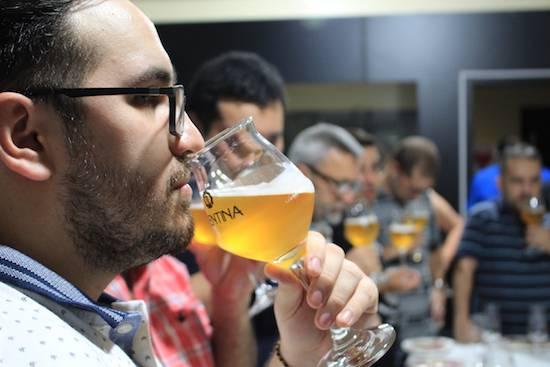 Trentina, propiedad del sommelier y maestro cervecero Sandro, preparó una brillante disertación de degustación de las variedades que ofrece.FOTO:GENTILEZA