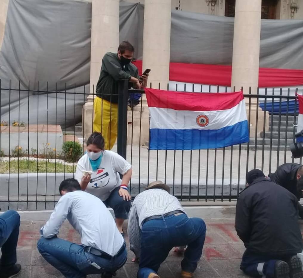 Un grupo de jóvenes autoconvocados e identificados con la ANR, participaron de la remoción de los restos de pinturas dejados por los manifestantes. Foto: Gentileza.