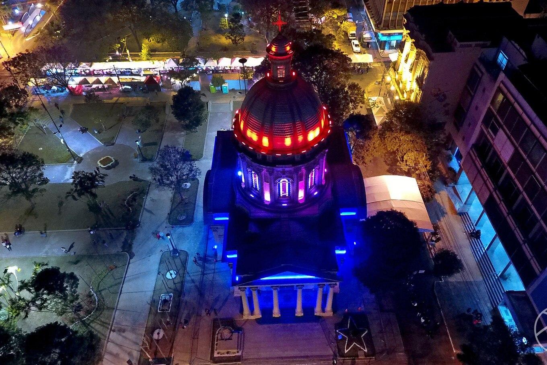 Vista nocturna del Panteón de los Héroes. Fotografía Carlos Juri
