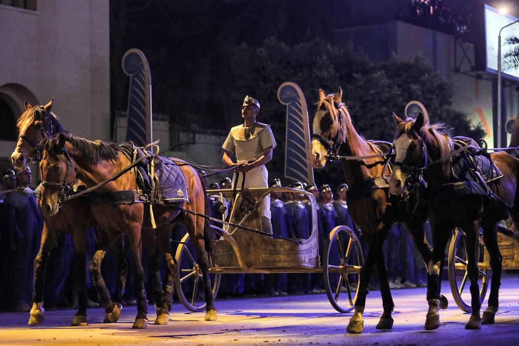 Cortejo faraónico de 22 momias desfila por las calles de El Cairo