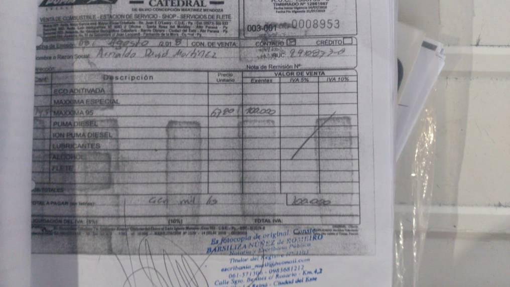 Aquí se observa la factura original con la misma numeración que la clonada, por un valor de G. 100.000 a nombre del Arnaldo David Martínez. Foto: Gentileza.