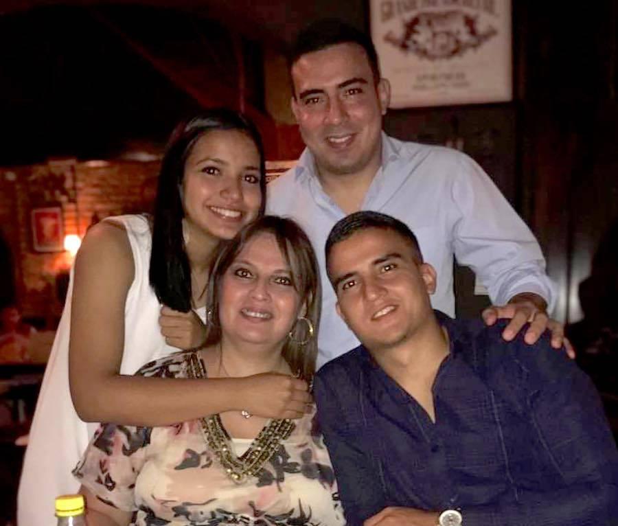 Fátima Concepción Durand junto a sus hijos María Paz Fretes y Alejandro Matías Fretes.