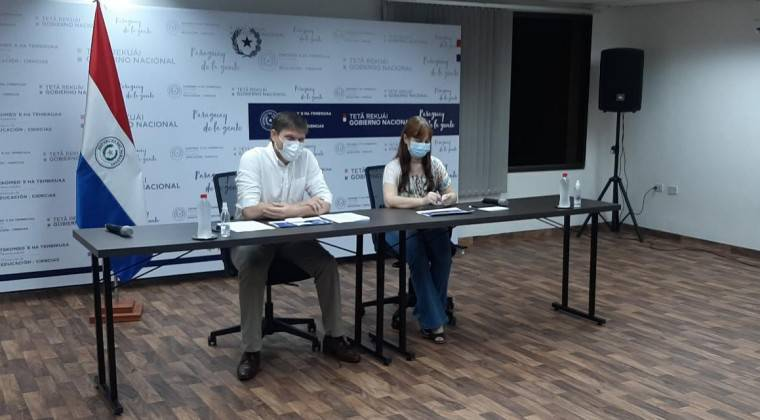 El ministro de Educación, Juan Manuel Brunetti, ministro del MEC y la viceministra de Educación Básica, Alcira Sosa, en conferencia de prensa. (foto: gentileza)