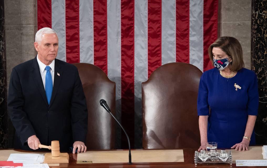 El descontrol comenzó cuando el vicepresidente republicano Mike Pence –aquí con la presidenta de la Cámara de Representantes, la demócrata Nancy Pelosi– dijo no tener autoridad constitucional para oponerse a la certificación del triunfo de Biden. (foto: AFP