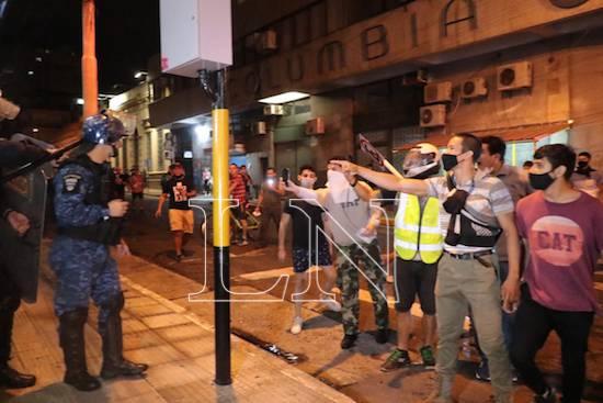 Varios incidentes se registraron nuevamente entre policías y vándalos.FOTO:NÉSTOR SOTO