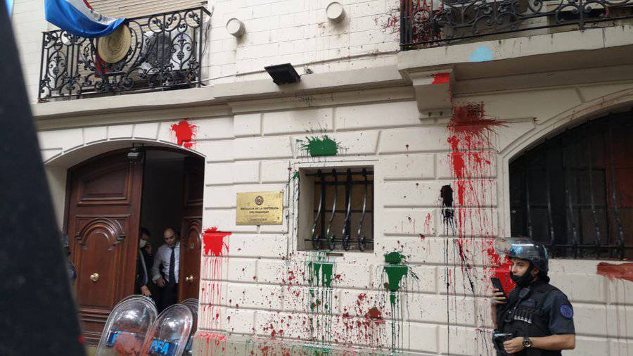 La embajada paraguaya en la ciudad de Buenos Aires fue atacada por un grupo de manifestantes, militantes de movimientos de izquierda, quienes lanzaron todo tipo de objetos contra el edificio de la sede diplomática. Foto: Gentileza.