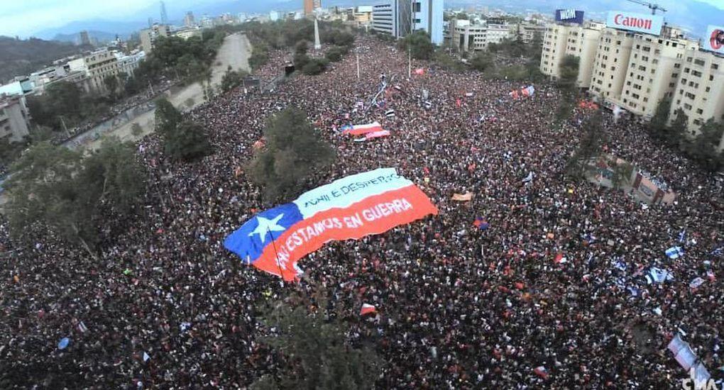 Saqueos, enfrentamientos e incendios en Santiago
