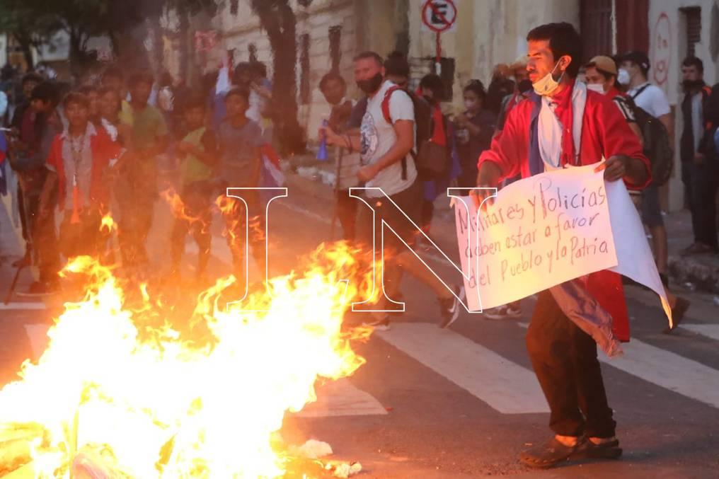 Ayer nuevamente un grupo de ciudadanos se manifestaron exigiendo la salida de las autoridades del Ejecutivo.FOTO:CRISTÓBAL NÚÑEZ