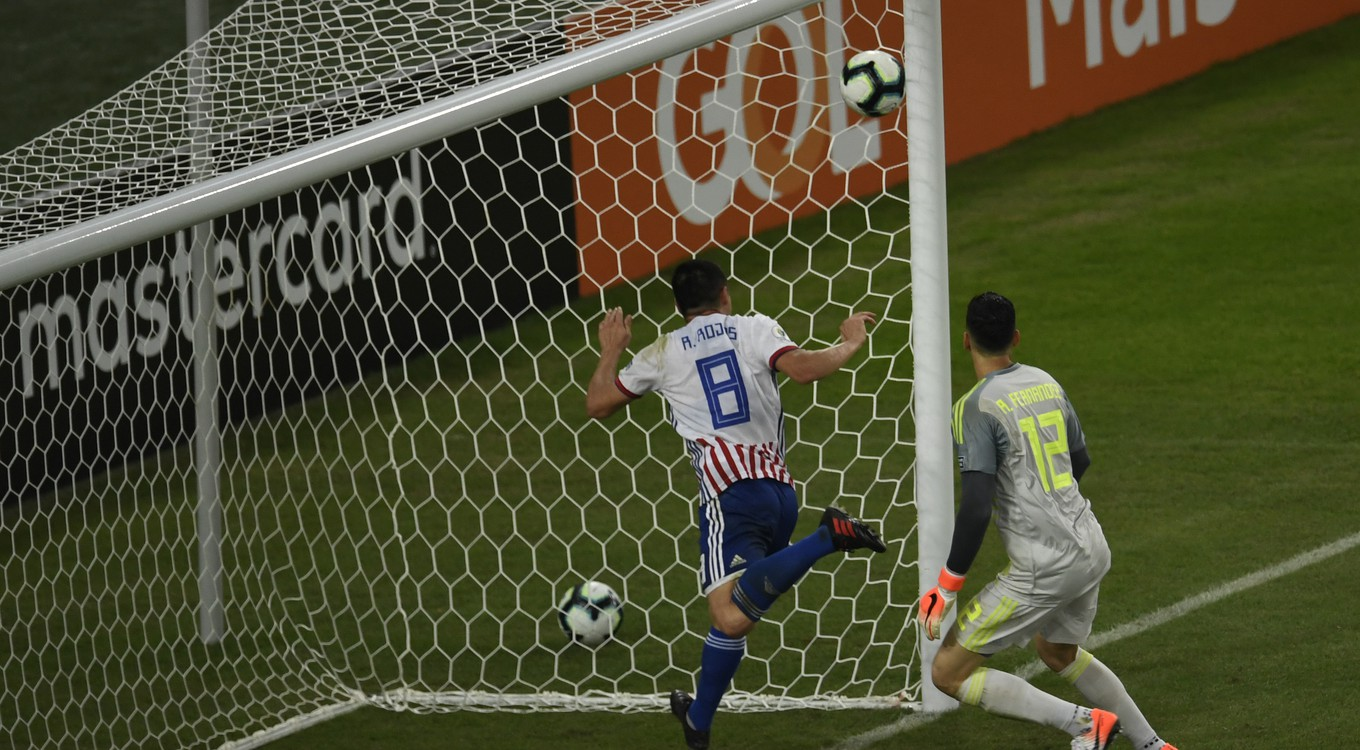 Paraguay's Rodrigo Rojas (L) and goalkeeper Roberto Fernandez cannot avoid Qatar's Boualem Khoukhi (out of frame) from scoring during their Copa America football tournament group match at Maracana Stadium in Rio de Janeiro, Brazil, on June 16, 2019. (Photo by Mauro PIMENTEL / AFP)
