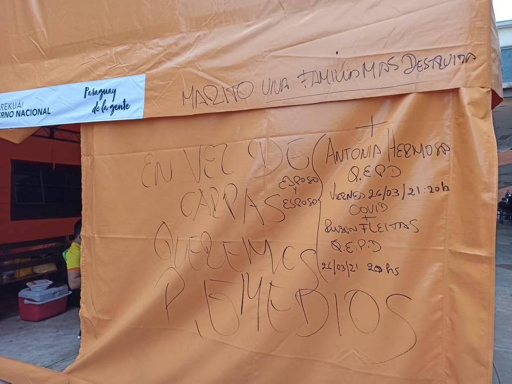 En la carpa ubicada en Clínicas se escribieron los nombres de Rubén Fleitas y Antonia Hermosa, víctimas fatales del COVID-19. Foto: Gentileza.