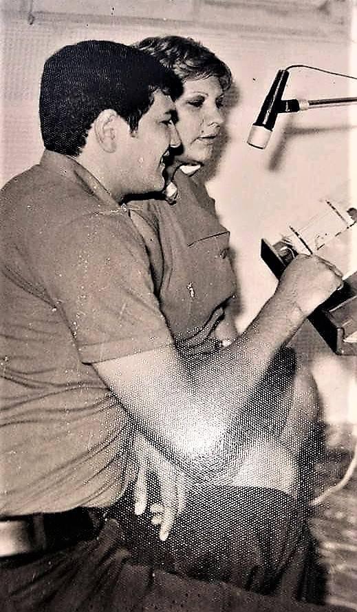 Norma Centurión con Ángel Antonio Gini, en la cabina de Radio Nuevo Mundo de San Lorenzo, primeros años de la década del 70. La popular emisora contaba con destacados locutoras y locutores con grandes programas de diversión. (foto: ARCHIVO DE NORMA CENTURION)